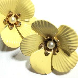 SARAH COV yellow flower faux pearl clip earring